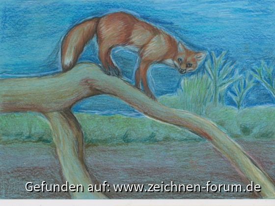 Fuchs auf Baumstamm